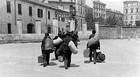 italia, lucca, emigranti diretti in svizzera raggiungono gli uffici dell´opera assistenza emigranti, 1900