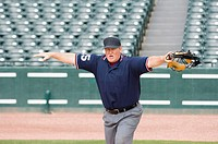 Umpire calling safe (thumbnail)