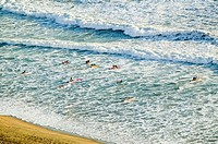 ´White surf and beach where surfer school sets out for surfing in Durban, South Africa on the Indian Ocean´