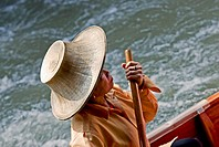 Thailand, Bangkok, Damnoen Saduak Floating Market in Ratchaburi Province, Thai woman in boat  NO MODEL RELEASE