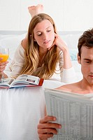 Couple reading (thumbnail)