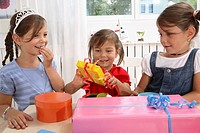children´s birthday party, girls, table, gifts,