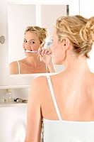 Woman, young, bathrooms, mirror, brush one´s teeth, reflection, mirror image,