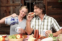Couple, cottage, break, snack, stein,