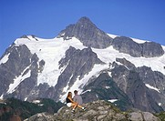 USA, Washington State, Mount Baker Recreation Area, Mount Shuksan with young hiking couple