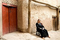 China, Xinjiang, kashgar, old city, seated woman