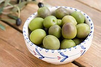Green olives in a bowl (thumbnail)