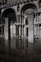 Ausschnitt aus der westlichen Südfassade mit überschwemmten Markusplatz leichtes Hochwasser