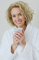 Woman having coffee (thumbnail)