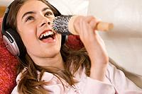 Young girl singing (thumbnail)