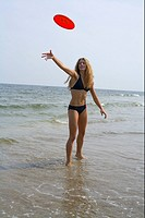 Young blond woman playing Frisbee (thumbnail)