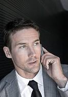 Mann telefoniert mit Handy, Portraet