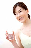 Young woman holding a cup of water, front view (thumbnail)