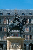 Spain _ Madrid _ Plaza Mayor _ Statue of Philippe III _ Casa de Panaderias in the background