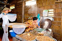 Vietnam _ The South _ The Delta of Mekong _ Vinh Long _ Gastronomy _ Preparation of rice crepes