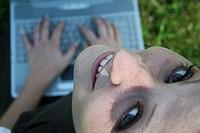Lächelnde Frau mit Laptop