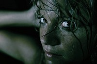 Junge Frau mit feuchtem Gesicht