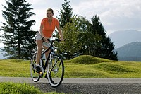 Germany, Bavaria, Mittenwald, Woman with mountainbike, smiling