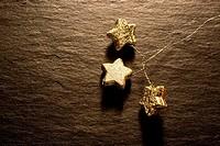 goldene Weihnachtssterne auf Schiefer