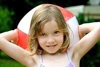 Mädchen im Sommer mit einem Wasserball