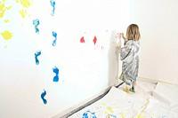Mädchen bemalt die Wand