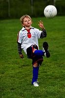 Knabe beim Fussballspielen