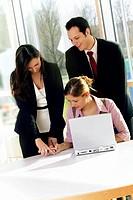 business team bei vertragsunterzeichnung