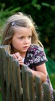 Mädchen am Zaun