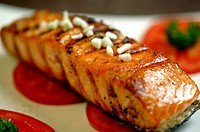 Grilled salmon steak, pepper and garlic