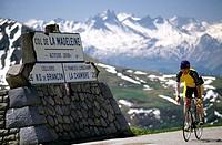 Cyclist, Col de la Madeleine, Savoyen, Rhone-Alpes, France, Europe