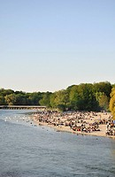 BBQ, people barbecuing along the Flaucher, an offshoot of the Isar River, Munich, Upper Bavaria, Germany