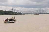 Boat on Hooghly River, Howrah Bridge, Calcutta´s landmark, Kolkata, West Bengal, India, Asia