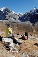 Trekkers taking a break on the way to the Cho La Pass, 5330 metres, Sagarmatha National Park, UNESCO World Heritage Site, Khumbu Himal, Nepal