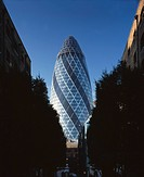 30 St Mary Axe, City of London The Gherkin, Swiss Re Tower, 1997 _ 2004. View from the north. Architect: Foster and Partners. Engineer: Ove Arup and P...
