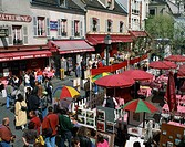 Market stalls and outdoor cafes in the Place du Tertre, Montmartre, Paris, France, Europe