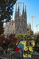 Painter painting on his easel in front of the north facade of the Sagrada Familia, Church of the Holy Family, architect Antoni Gaudo, Cathedral, Barce...