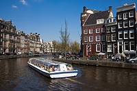 Tourist boat at the Golden Bend on the Herengracht canal, Amsterdam, Netherlands, Europe