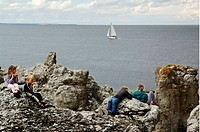 Barn Som Fikar I Langhammars Raukområde, Fårö, Gotland. Children Sitting On Rocks At Beach, Elevated View