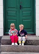 Två Systrar, 3,5 Och 1,5 År Gamla, Sitter På Trappa, Girl And Boy Sitting On Doorsteps, Portrait