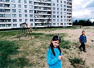 Kopia Riga, Lettland, Augusti, 2000 FOTO: Johan Wingborg COPYRIGHT BILDHUSET Childrens Playing In Building Garden