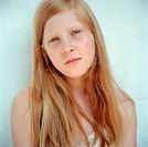 Portrait of teenage girl Flicka med långt rött hår och bara axlar, hon tittar in i kameran