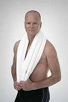Close_up of mature man holding towel, studio shot Fräsch, sportig medelålders man med snaggad hår och bar överkropp  Foto: Paulina Westerlind Kod: 910...