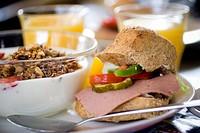 Pastrami in bread sandwich, close_up EN HÄRLIG LYXFRUKOST MED JUCIE, KAFFE, SMÖRGÅS, YOGHURT...