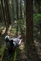 Ung Mörkhårig Kvinna Ligger På Rygg Med Slutna Ögon I I En Granskog, Mature Woman Lying On Ground At Forest