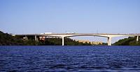 Bridge over sea essingeleden och gröndalsbron mot väster i morgonljus.