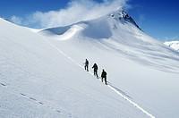 Three people skiing in winter grupp på vandring uppför Rabots glaciär på väg mot dragryggen i Kebnekajsemassivet i närheten av Tarfala