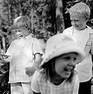 Close_up of three friends at forest b/w Kusinträff