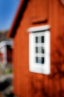 Röd stuga med fönster på gavel, blå himmel, oskärpa. Close_Up Of House Gable With Window, Red Cottage Against Sky, Blurred