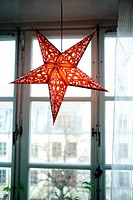 Tänd, röd julstjärna i fönster, närbild. Low Angle View Of Illuminated Red Christmas Star In Window, Close_Up