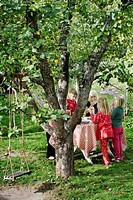 En Grupp Flickor I Sexårsåldern Har Fikakalas Under Ett Äppelträd, Girls 6_7 Standing By Table